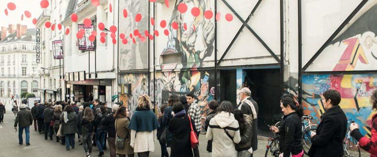 Le public du Festival du Cinéma Espagnol de Nantes devant le cinéma Katorza