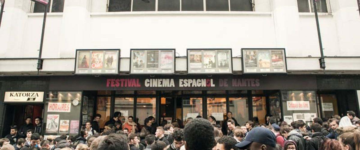 Le jeune public du Festival prêt à entrer en salle