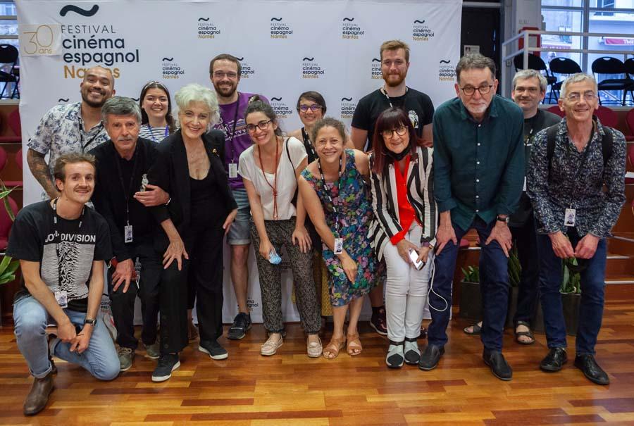 Photo d'une partie de l'équipe et des bénévoles avec l'actrice Marisa Paredes, 13 juin 2021 © Jean-Gabriel Aubert
